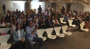 Los graduandos de Inesdi Madrid 2015-2016 muestran sus teléfonos móviles